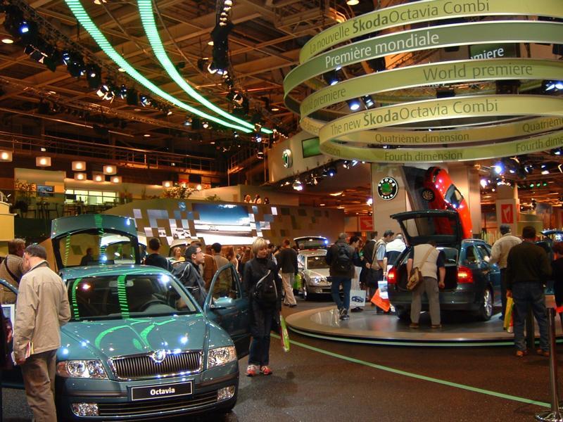 Gutachten zu einem Bodenbelag am Skoda-Stand des internationalen Autosalons in Paris