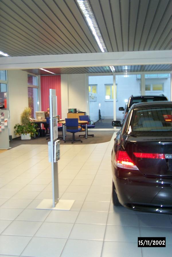 Ursachenermittlung für Rissbildung in den Fliesen im Ausstellungsraum eines BMW-Autohauses