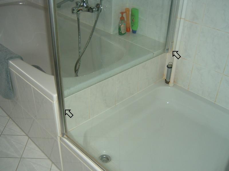 Gutachterliche Stellungnahme zu knarrendem Estrich durch falsche Duschwandbefestigung in einem Privathaus
